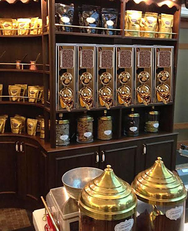 Silos de grains de café en boutique